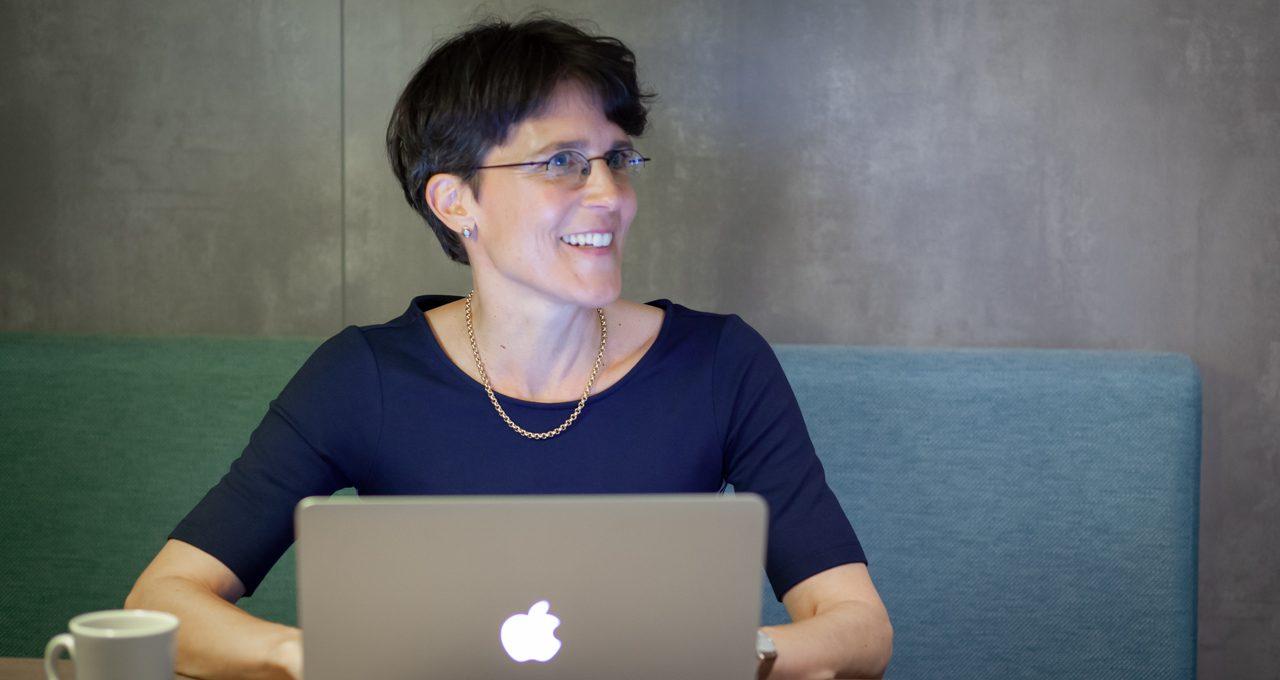 Frau Dr. Jo Aschenbrenner am Rechner